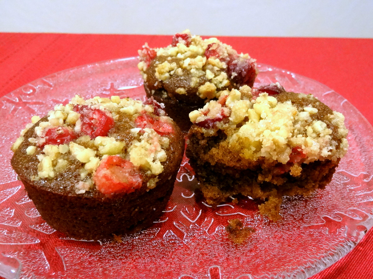 gingerbread cupcakes with cranberry streusel
